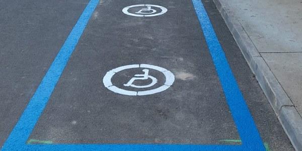 Tornabous crea la primera plaça d'aparcament per a discapacitats.