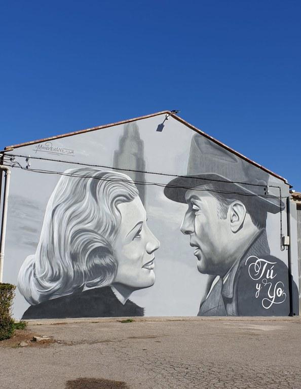 """Mural entrada del poble per promocionar el cinema de Tornabous amb una imatge de la mítica pel·lícula """"Casablanca""""."""