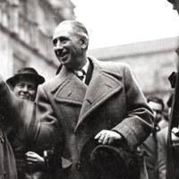 Lluís Companys saludant als representants de l'Associació Nord-americana, Amics de la Democràcia Espanyola al pati dels Taronjers, a Barcelona.